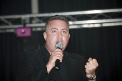 Samuel Hernandez som utför under en kristen konsert i bren Royaltyfri Bild