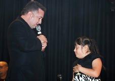 Samuel Hernandez som utför under en kristen konsert i bren Royaltyfri Fotografi