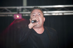 Samuel Hernandez som utför under en kristen konsert i bren Royaltyfri Foto