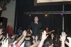 Samuel Hernandez som utför under en kristen konsert i bren Arkivbild