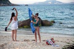 SAMUI-Ö, THAILAND - JANUARI 12,2011: Kvinnor på stranden aft Royaltyfri Foto