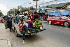 Samui ö, Thailand - 12 JUNI 2016: Burmese arbetare Arkivbild