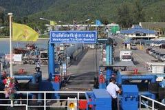 SAMUI-EILAND MEI-28: De boten aan het eiland en de werknemer is om op het eiland te dokken bereid kunnen 28, 2015 in Suratthani T Royalty-vrije Stock Foto's