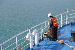 SAMUI-INSEL MAY-28: Boote zur Insel und zum Angestellten wird vorbereitet, um auf der Insel anzukoppeln können an 28, 2015 bei Su Lizenzfreies Stockfoto