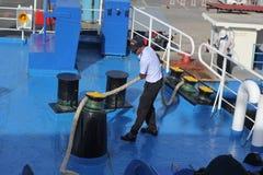 SAMUI-INSEL MAY-28: Boote zur Insel und zum Angestellten wird vorbereitet, um auf der Insel anzukoppeln können an 28, 2015 bei Su Stockfoto