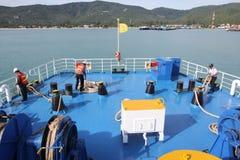 SAMUI-INSEL MAY-28: Boote zur Insel und zum Angestellten wird vorbereitet, um auf der Insel anzukoppeln können an 28, 2015 bei Su Stockbild
