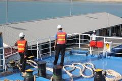 SAMUI-INSEL MAY-28: Boote zur Insel und zum Angestellten wird vorbereitet, um auf der Insel anzukoppeln können an 28, 2015 bei Su Stockfotografie