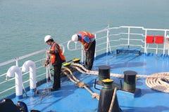 SAMUI-INSEL MAY-28: Boote zur Insel und zum Angestellten wird vorbereitet, um auf der Insel anzukoppeln können an 28, 2015 bei Su Lizenzfreie Stockbilder