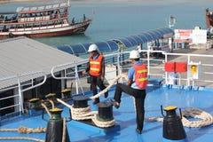 SAMUI-INSEL MAY-28: Boote zur Insel und zum Angestellten wird vorbereitet, um auf der Insel anzukoppeln können an 28, 2015 bei Su Stockbilder