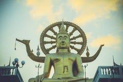 Samui stor buddha guld- staty på himmelbakgrund in Arkivbilder