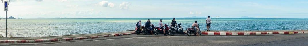 Samui, Tailândia - 29 de dezembro de 2016: Turistas que apreciam a opinião do mar dos 'trotinette's imagens de stock royalty free