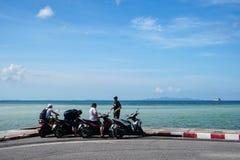 Samui, Tailândia - 29 de dezembro de 2016: Turistas que apreciam a opinião do mar dos 'trotinette's imagem de stock