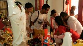 SAMUI, TAILANDIA - 24 DE FEBRERO DE 2018: Fieles y devotos tailandeses durante festival chino del Año Nuevo almacen de metraje de vídeo