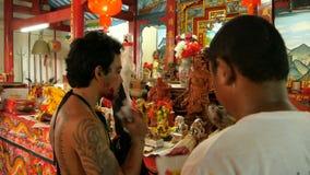 SAMUI, TAILANDIA - 24 DE FEBRERO DE 2018: Fieles y devotos tailandeses durante festival chino del Año Nuevo metrajes