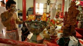 SAMUI, TAILANDIA - 24 DE FEBRERO DE 2018: Fieles y devotos tailandeses durante festival chino del Año Nuevo almacen de video