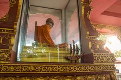 SAMUI, TAILANDIA - 06 11 2017: Monaco mummificato Loung Pordaeng in tempio di Wat Khunaram in Koh Samui in Tailandia Fotografia Stock Libera da Diritti