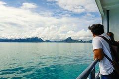 Samui, Thaïlande - 3 novembre 2016 : Équipez regarder la mer voyageant en ferry L'avenir risque le concept Photos stock