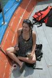 SAMUI THAILAND - JANUARI 12,2011: Gladlynt kvinna som dricker ett bi Royaltyfria Foton