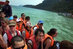 SAMUI THAILAND - JANUARI 12, 2011: Turister i flytvästar är Arkivbild