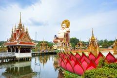 SAMUI THAILAND - JULI 02, 2016: Skulptur av lyckliga Buddah i templet Wat Plai Laem Royaltyfria Bilder