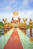 SAMUI THAILAND - JULI 02, 2016: Skulptur av lyckliga Buddah i templet Wat Plai Laem Royaltyfri Foto