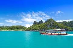 SAMUI, THAILAND - JUNI 30: niet gedefiniëerde grote boot van reizigersschip o Stock Afbeelding