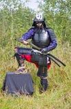 Samurai in armatura che estrae la spada di katana Fotografia Stock Libera da Diritti