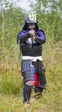 Samurai in armatura con la spada di katana Fotografia Stock