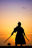 Samurai com as espadas no por do sol Fotografia de Stock