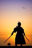 Samurai con las espadas en la puesta del sol Fotografía de archivo