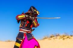 Samurai con una spada in un attacco guerriero Immagine Stock