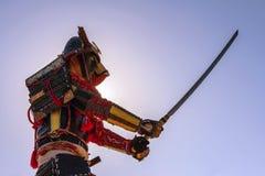Samurai en armadura antigua con una espada Fotos de archivo