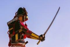 Samurai en armadura antigua con una espada Imagen de archivo