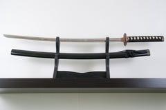 Samurai-Klinge vor Krepptapete Lizenzfreie Stockbilder