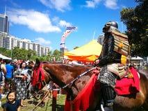 Samurai-Rüstung cosplay auf dem Pferd Das Bild am Matsuri-Japaner-Festival stockfoto