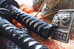 Samuraiklingen und -sturzhelm Stockfoto
