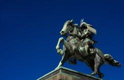 Samurais mit Pferdestatue lizenzfreie stockfotos