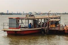 Samut Prakan, Tailândia - 25 de março de 2017: Cais local da balsa transversalmente Imagens de Stock Royalty Free
