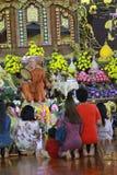 SAMUT PRAKAN, TAILANDIA 22 DE FEBRERO: Magha Puja Day La gente budista tradicional está encendiendo las velas para las ceremonias fotos de archivo