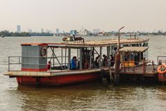 Samut Prakan, Tailandia - 25 de marzo de 2017: Embarcadero local del transbordador a través Imágenes de archivo libres de regalías