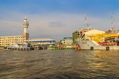 Samut Prakan, Tailandia - 25 de marzo de 2017: Embarcadero local del transbordador a través Fotografía de archivo libre de regalías