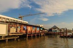 Samut Prakan, Tailandia - 25 de marzo de 2017: Embarcadero local del transbordador a través Fotos de archivo libres de regalías