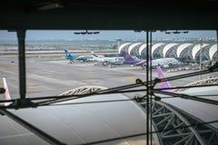 Samut Prakan TAJLANDIA, PAŹDZIERNIK, - 24,2017: Tajlandzkie drogi oddechowe, samoloty na pasie startowym przy Suvarnabhumi lotnis Obrazy Stock
