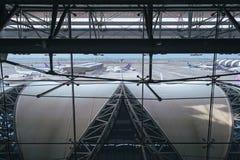 Samut Prakan TAJLANDIA, PAŹDZIERNIK, - 24,2017: Tajlandzkie drogi oddechowe, samoloty na pasie startowym przy Suvarnabhumi lotnis Obraz Stock