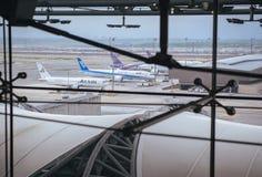 Samut Prakan TAJLANDIA, PAŹDZIERNIK, - 24,2017: Tajlandzkie drogi oddechowe, samoloty na pasie startowym przy Suvarnabhumi lotnis Zdjęcia Royalty Free