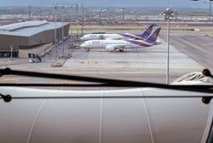 Samut Prakan TAJLANDIA, PAŹDZIERNIK, - 24,2017: Tajlandzkie drogi oddechowe, samoloty na pasie startowym przy Suvarnabhumi lotnis Obraz Royalty Free