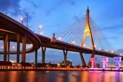 SAMUT PRAKAN TAJLANDIA, SIERPIEŃ, - 22, 2017: Widok od Lat Pho kanałowych zastawek z Bhumibol 1 most przy zmierzchem Obraz Royalty Free