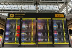 Samut Prakan, THAÏLANDE - OCTOBRE 24,2017 : Affichage à LED de l'information de vol dans l'aéroport de Suvarnabhumi Photos libres de droits