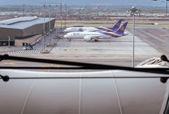 Samut Prakan, THAÏLANDE - OCTOBRE 24,2017 : Thai Airways, avions sur une piste à l'aéroport de Suvarnabhumi Image libre de droits