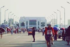 Samut Prakan, THAILAND - FEBRUARI 24,2019: Weergeven van toeristen die aan Suk Ta-Bang Pu Bridge, rubriek lopen om de zeemeeuwen  royalty-vrije stock foto